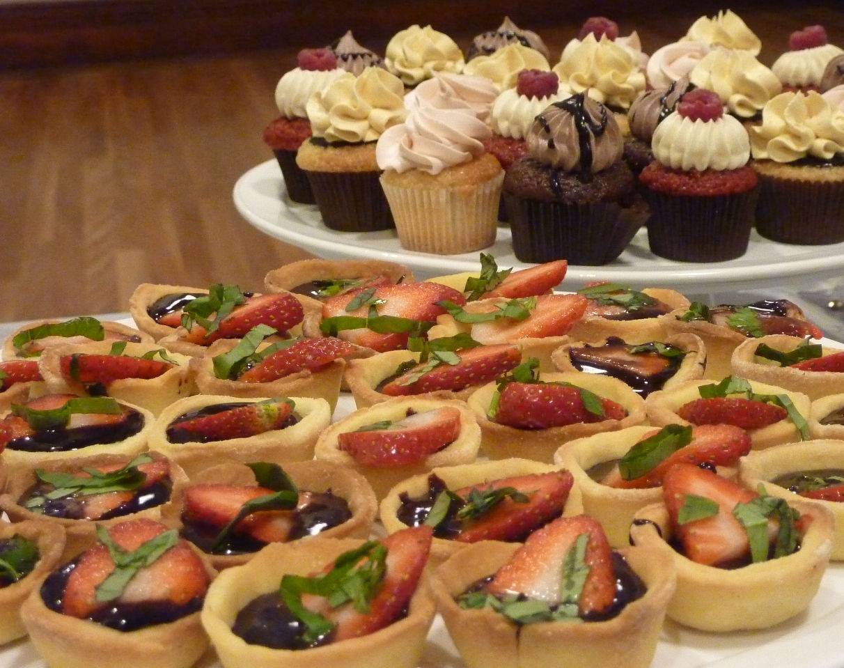 Mad_Hatter_tarts_and_cupcakes